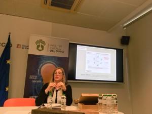 Maria Verdum presentant les diferents propietats del suro com a material per l'hàbitat