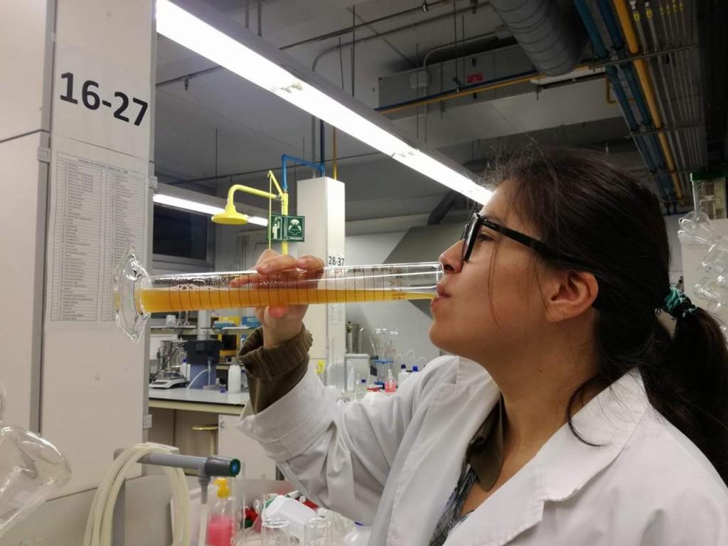 Leonor Guadarrama fent proves sensorials de la cervesa tapada amb suro